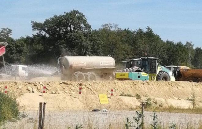 Chantier du GCO : en pleine canicule, des milliers de litres d'eau gaspillés pour arroser la terre © 2019 GCO NON MERCI