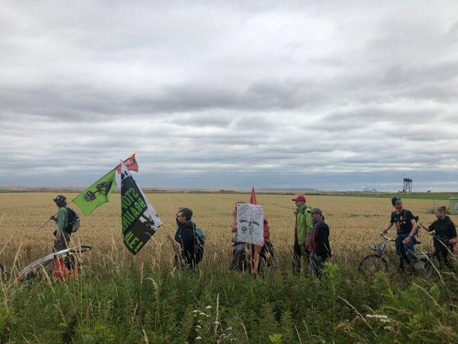 Manifestation à travers les champs pour relier les villages du secteur, à une trentaine de kilomètres des Pays-Bas.  © DR.