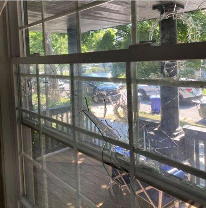 Fenêtre détruite par les tirs d'une arme calibre 22.
