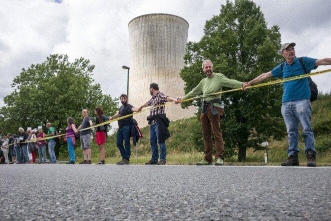 La chaîne humaine des antinucléaires le 25 juin 2017 reliant Aix à Tihange et Doel, ici devant le réacteur de Tihange en Belgique. © Wiktor Dabkowski / DPA.