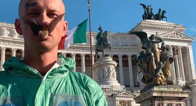 Performance de Petr Davydtchenko devant le parlement italien © Dusan Josip Smodej