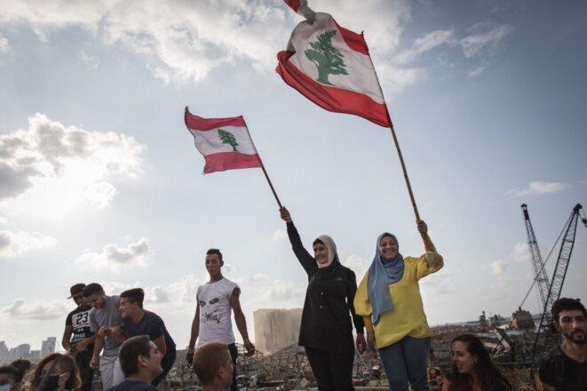 Des Libanais rendent hommage aux victimes de l'explosion survenu dans le port, une semaine après la catastrophe, à Beyrouth le 11 août 2020. © Thomas Devenyi /Hans Luca/AFP