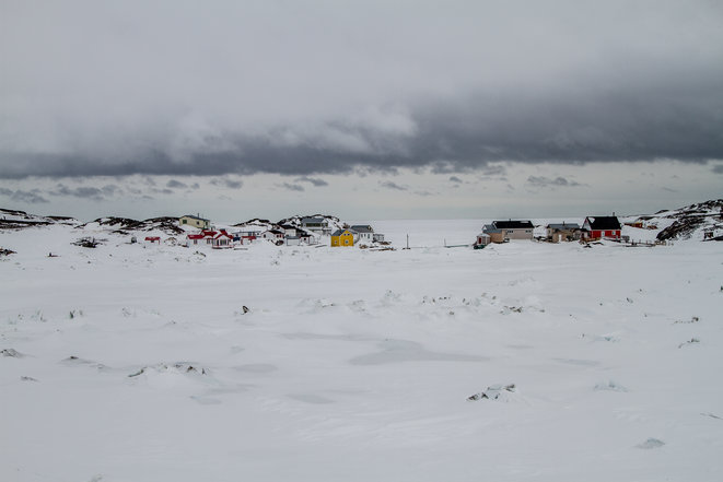 Les cabanes d'été colorées où viennent les descendants d'Inuit pour passer la belle saison, près de la mer, avant de rentrer à l'intérieur des terres aux premiers coups de froid.