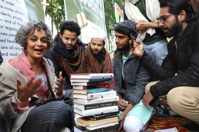 Arundhati Roy en compagnie d'étudiants lors d'un mouvement de protestation le 11 janvier 2020 à New Delhi. © Nasir Kachroo/NurPhoto/AFP