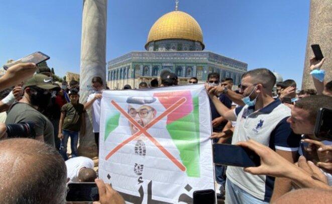 Manifestation de Palestiniens à Jérusalem, dénonçant la trahison du chef émirati MBZ. © STRINGER / Anadolu Agency via AFP
