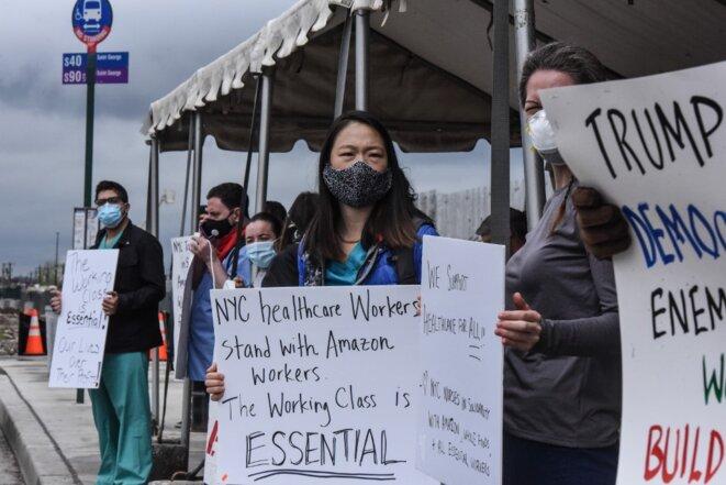 Manifestation en mai devant un entrepôt d'Amazon près de New York pour dénoncer les conditions sanitaires. © Stephanie Keith/Getty Images North America/AFP