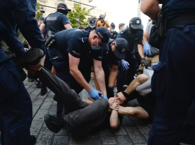 Police scuffle with pro-LGBT protesters angry at the arrest of an LGBT activist in Warsaw, Poland (7 August 2020) © Czarek Sokolowski - AP