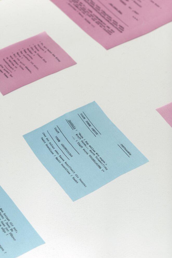 Agnès Geoffray,« Der Soldat. Ohne Namen », 2017, morceaux de soie, texte imprimé à la machine à écrire © Agnès Geoffray, courtesy de la galerie Maubert, Paris