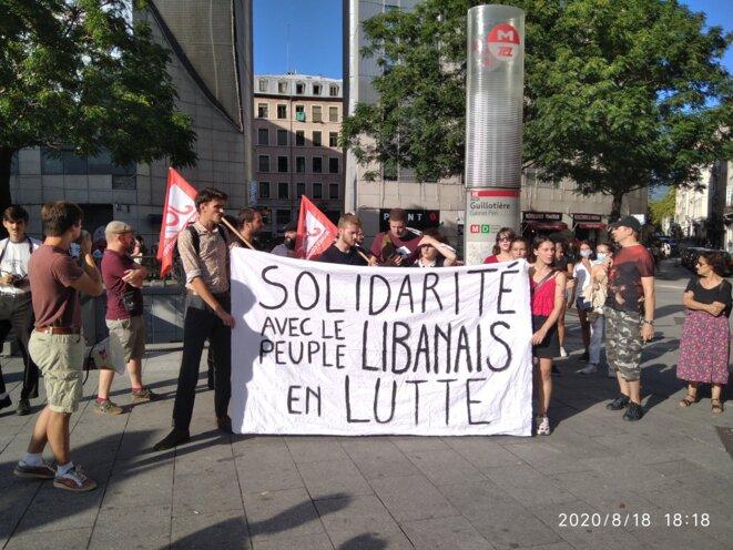 Les jeunes communistes brandissent leur banderole sur la place Gabriel Péri © Simon Marseille