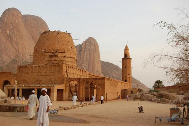 Vue de la tombe de Sid el-Hassan et des montagnes Taka à Kassala, photographie choisie par l'auteur. JICA