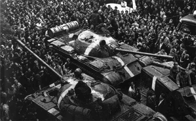 Foule entourant un char soviétique à Prague aux premiers jours de l'invasion (août 1968). © Engramma.it/Wikimedia Commons, lic. CC-BY-SA 3.0.