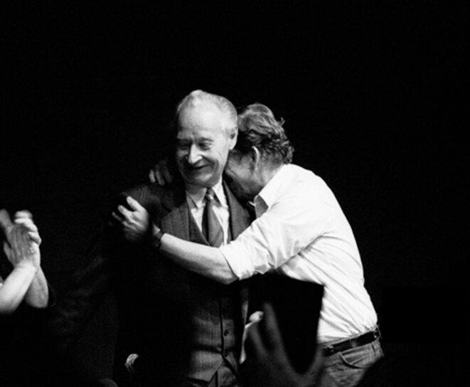Vaclav Havel embrassant Alexandre Dubcek au théâtre «Laterna Magika» de Prague, siège du Forum civique au moment de la révolution de veours, le 24 novembre 1989, la nuit de l'abandon du pouvoir par le Parti communiste tchécoslovaque. © Jaroslav Kucera/Wikimedia Commons, lic. CC-BY-SA 3.0.