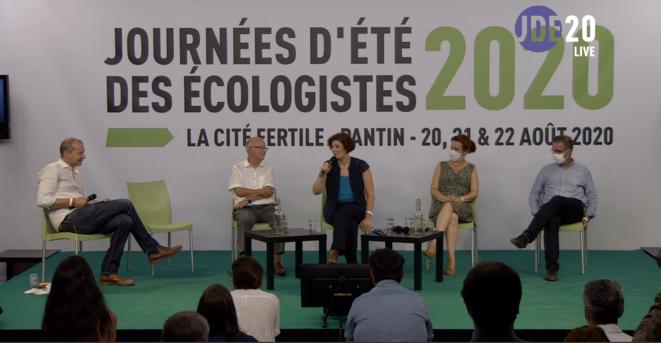 Les nouveaux maires écologistes, sur la scène de la grande salle de la Cité fertile. © PG