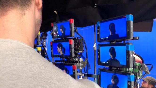 Le visage d'une activiste LGBTQ+ est filmé sur fond bleu pour ensuite être intégrée au fil