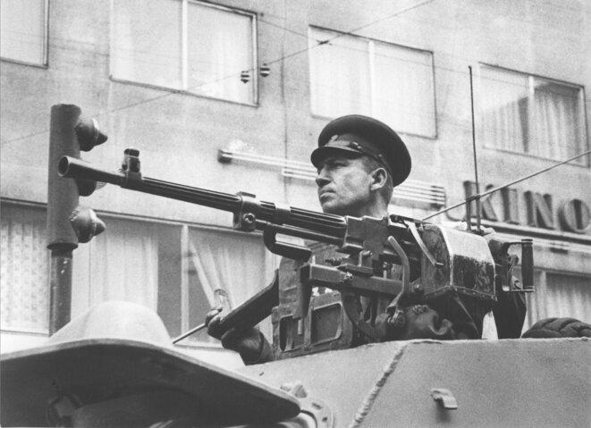 La persuasion par la menace des mitrailleuses. Véhicule de reconnaissance de l'Armée soviétique «BDRM-1» le 21 août 1968 pendant l'intervention des troupes du pacte de Varsovie en Tchécoslovaquie. © František Dostál/Wikimedia Commons, licence CC-BY-SA int. 4.0.
