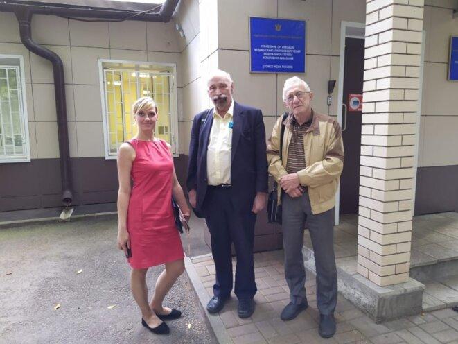 Valentin Hefter, Valeri Borchtchev et Iekaterina Dorofeïeva devant les locaux du FSIN