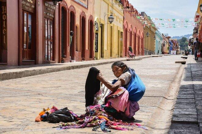 Vendeuse d'artisanat dans la rue principale de San Cristóbal de las Casas, désertée pendant l'épidémie de Covid-19 © @isaacguzmanphoto