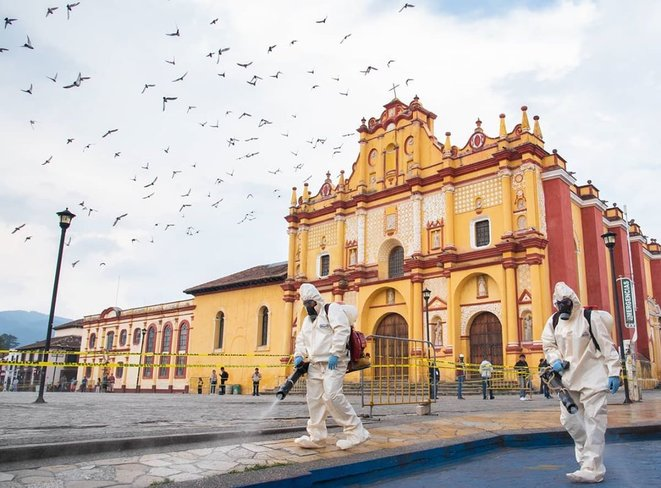 Un groupe d'agents du secteur de la santé réalise l'assainissement du centre historique de San Cristóbal de Las Casas, Chiapas, Mexique © @isaacguzmanphoto