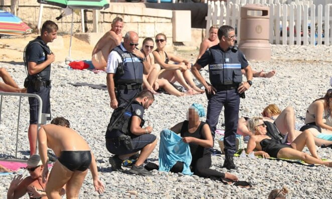 Bronzer seins nus est-il vraiment de l'exhibition sexuelle ?