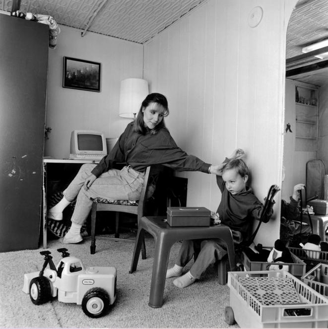 """Virginia Coffey, cadre du Bankers Trust et mère de deux enfants, conciliait travail et garde d'enfants deux jours par semaine lorsque le New York Times l'a présentée dans un article de 1993 sur le télétravail, intitulé """"Travailler à la maison, pour le meilleur ou pour le pire"""". © Fred R. Conrad/The New York Times"""
