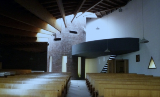 La charpente de la chapelle autour du puits de pierre, à l'inverse d'être creusé, en son flanc, un bloc de charbon.