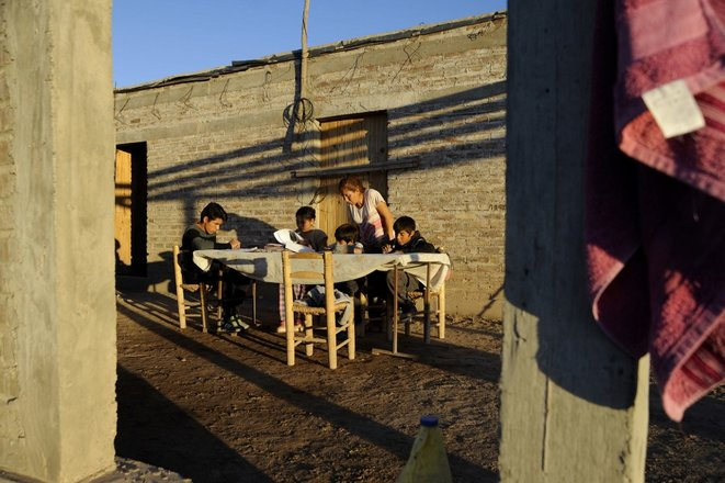 Une mère de famille aide ses enfants à faire leurs devoirs près de San José, dans la province de Mendoza, le 7 mai 2020. © Andres Larrovere/AFP