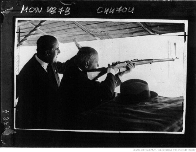 À l'occasion des fêtes décennales fascistes, à Rome en 1938, Mussolini ouvre le concours de tir sur silhouette fixe. © Gallica/BnF