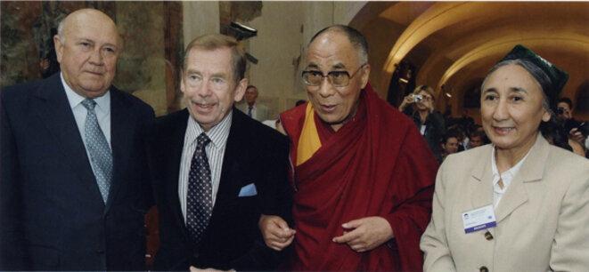 Rebiya Kadeer photographiée avec Frederik Willem De Klerk, Vaclav Havel et le Dalaï Lama.