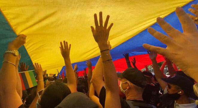 Un des immenses drapeaux mauriciens portés durant la manifestation du 29 août 2020 à Port-Louis, Maurice. © Vincent Montocchio