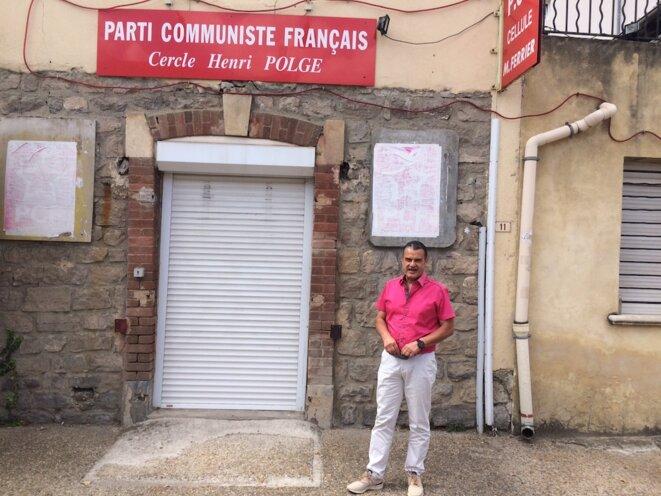 Claude Cerpedes, le maire, devant la cellule du PCF. Rideau baissé. © JLLT / MP