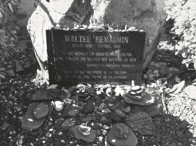 """La plaque tombale du cimetière de Portbou avec la célèbre phrase de Walter Benjamin : """"Il n'y a pas de documenr de culture qui ne soit aussi un document de barbarie""""."""