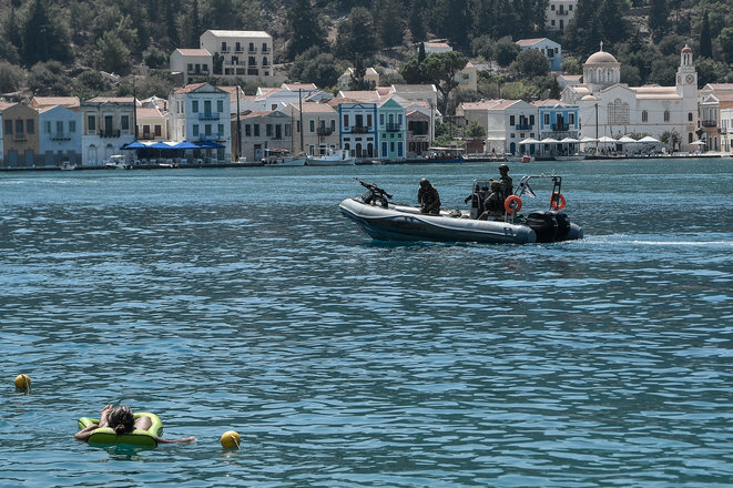 Un barco del Ejército griego regresando de la isla de Kastellorizo, el 28 de agosto de 2020. © AFP