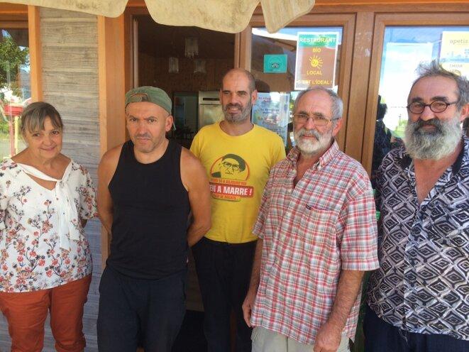 De gauche à droite : Claudine, Alain (T-Shirt jaune), Tayeb (casquette), Germain (chemise à carreaux) et Felicien. © JLLT / MP