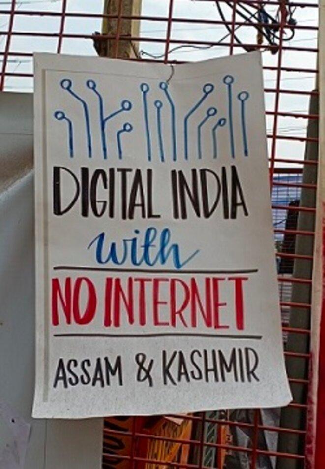 Affiche dénonçant le siège numérique au Cachemire et à Assam lors des manifestations de Shaheeh Bagh. 7 janvier 2020