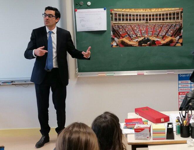 """En janvier 2020, Benoît Simian parle de """"l'égalité entre les femmes et les hommes"""" à une classe de CM2. © Twitter / @BenoitSimian"""