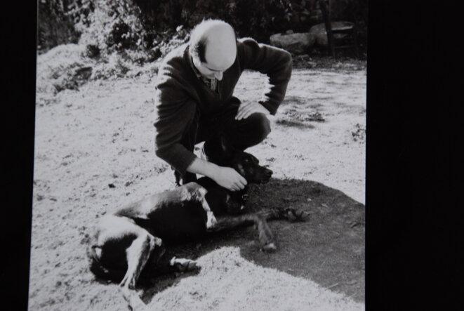 Pierre Guyotat et son chien  Amizour années 70 © Jacques Henric