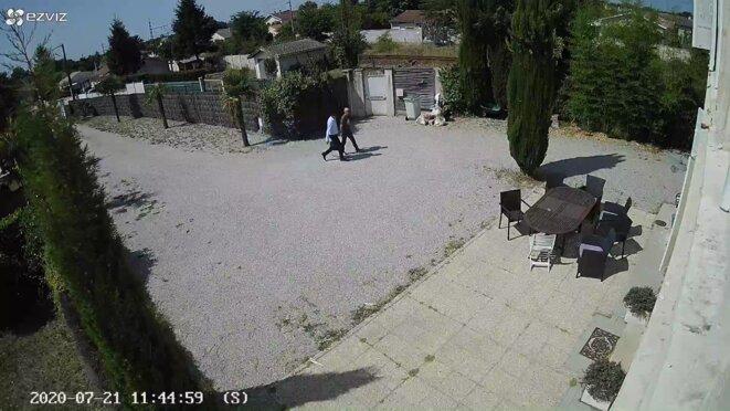 Le 21 juillet 2020, Benoît Simian pénètre dans la cour de la maison. © Extrait caméra vidéo.