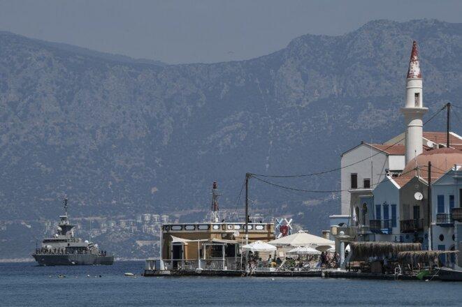 La petite île de Kastellorizo et au loin la ville turque de Kas le 28 août 2020. © Louisa Gouliamaki/AFP