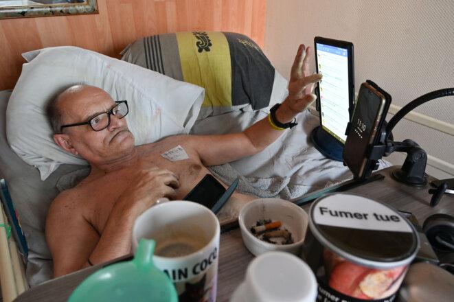 Alain Cocq sur son lit médicalisé, le 12 août 2020, dans son appartement de Dijon. © PHILIPPE DESMAZES / AFP
