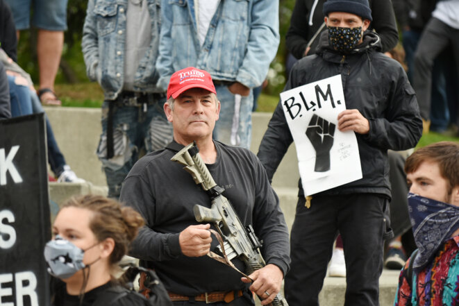Un partisan de Trump tente d'intimider des manifestants de Black Lives Matter le 7 septembre 2020 en Alaska. © Photo courtesy Paxson Woelber, The Alaska Landmine/Flickr