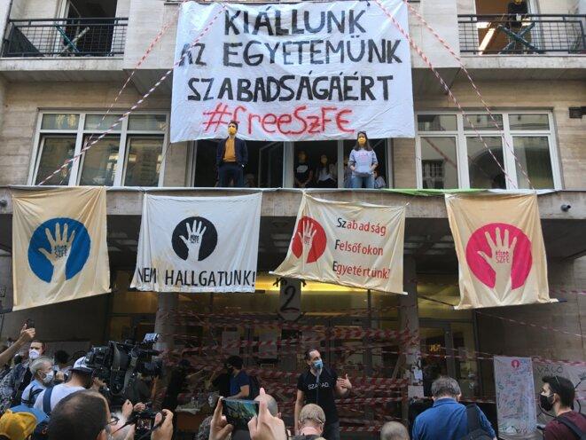 Les étudiants de l'université d'art dramatique et cinématographique dénoncent la mainmise de Viktor Orbán. © CL