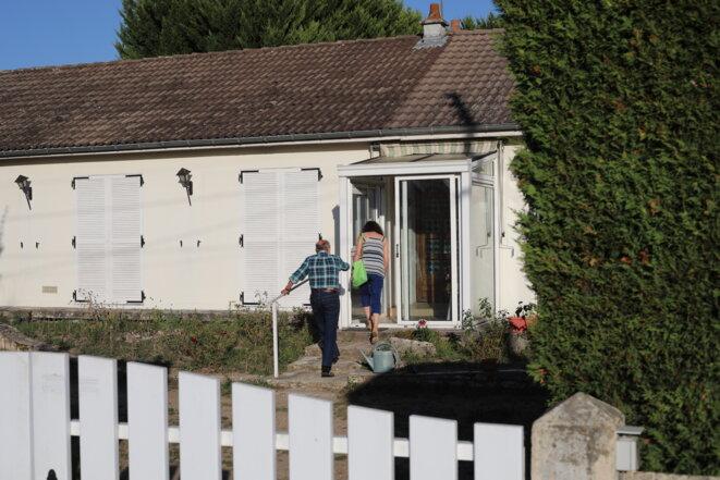 Ana Fernandes arrivant chez un couple âgé, à Chailles (Loir-et-Cher). © JP