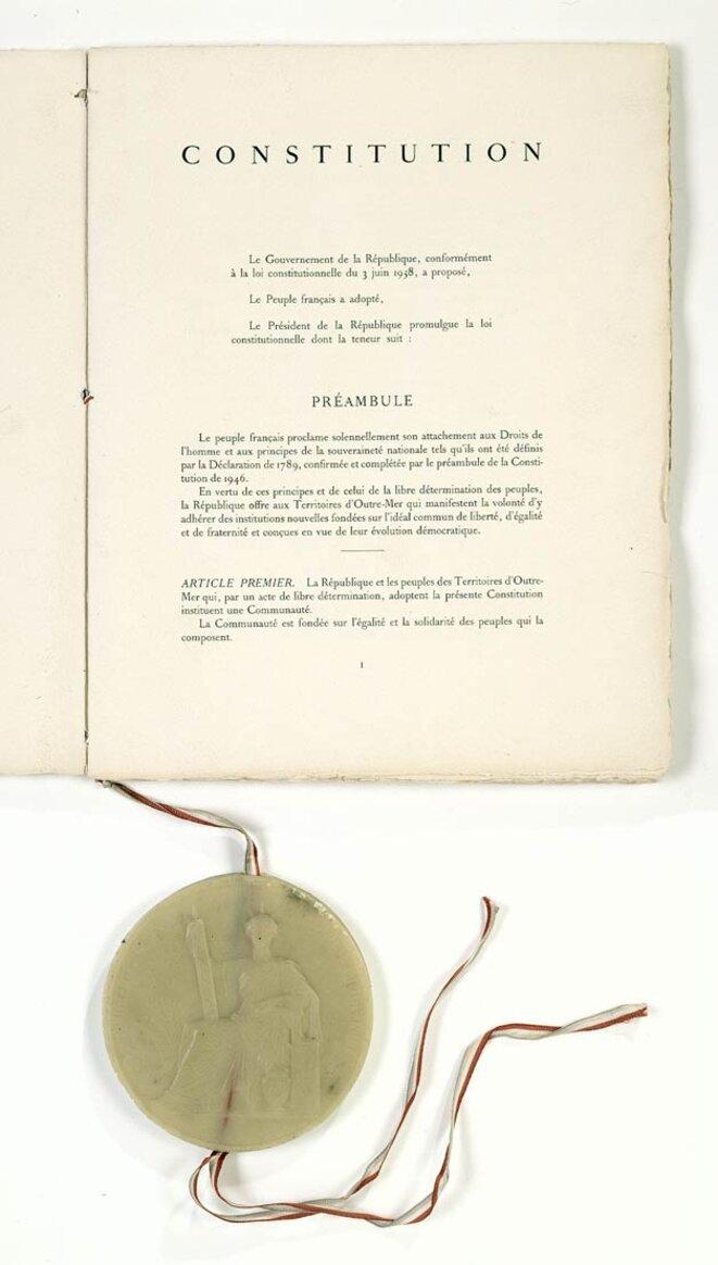 Première page de la Constitution de 1958 scellée du Grand Sceau de l'État. © Archives nationales/Wikimedia Commons, domaine public