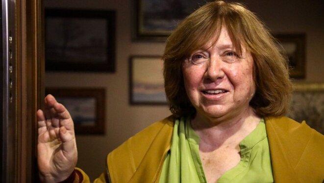 Svetlana Alexiévitch parle aux journalistes qui sont venus la soutenir © tut.by