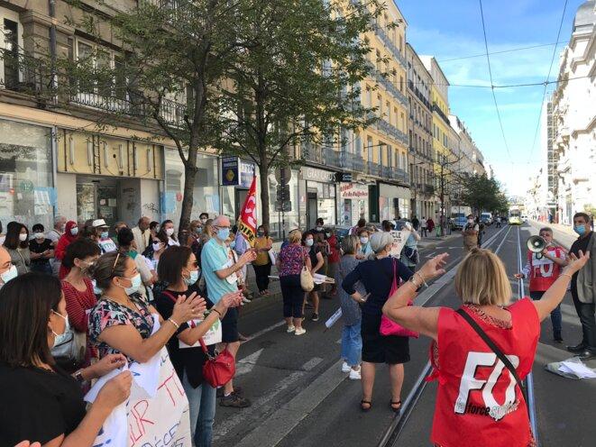 Grande rue bloquée par la manifestation des aides à domicile [Ph. YF]