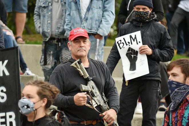 Un partidario de Trump trata de intimidar a los manifestantes de Black Lives Matter el 7 de septiembre de 2020 en Alaska. © Foto cortesía de Paxson Woelber, The Alaska Landmine/Flickr