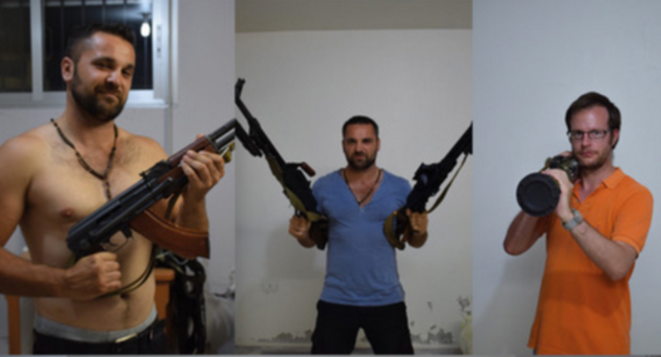 Alexandre Goodarzy (en bleu et torse nu) et Benjamin Blanchard (en orange) jouant à la guerre avec un lance-roquette, une kalachnikov, des mitrailleuses et une machette, en Syrie. © Document Mediapart