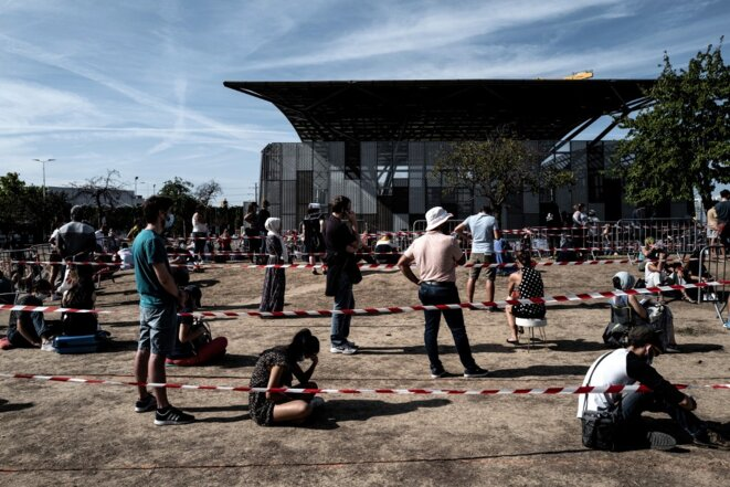 La file d'attente du centre de dépistage gratuit de Vénissieux (Rhône), le 11 septembre. © Jeff Pachoud / AFP