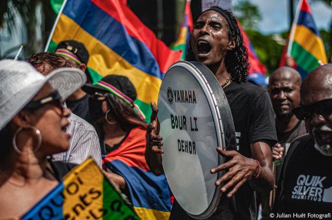 Pancartes et instruments de musique pour réclamer le départ du Premier ministre mauricien. © Julian Huët Fotografi