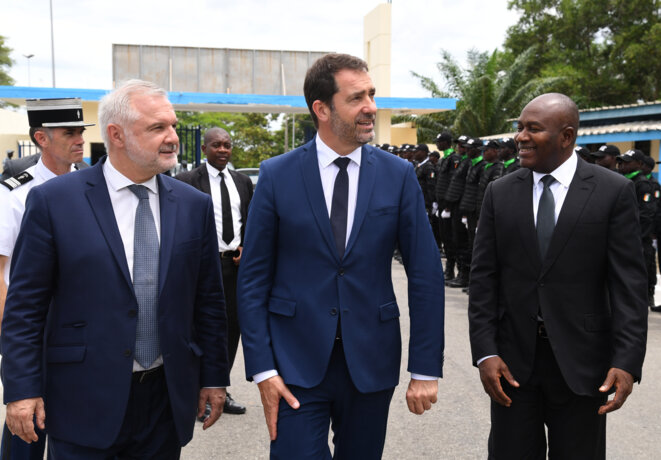 Gilles Huberson à gauche, en compagnie des ministres français et ivoirien de l'intérieur en mai 2019 à Abidjan. © ISSOUF SANOGO / AFP